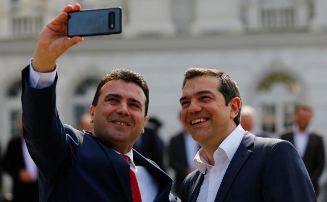 Makedonski premier Zoran Zaev je po rešitvi spora o imenu države z grškim kolegom Aleksisom Ciprasom posnel selfi. Kako uspešen bo v odnosih z Bolgarijo? Foto: Reuters