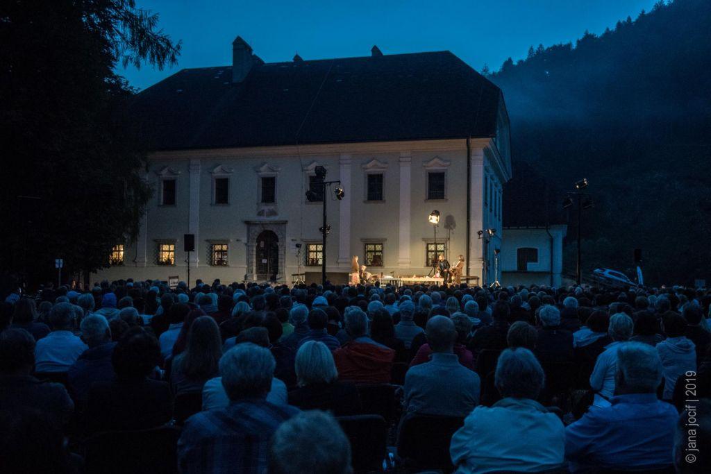 FOTO:Visoška kronika pred Tavčarjev dvorec privabila več kot 800 gledalcev