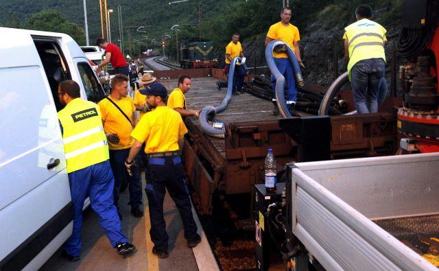 Na kraj nesreče je prišlo večje število policistov, gasilcev in delavcev Slovenskih železnic. FOTO: Mavric Pivk