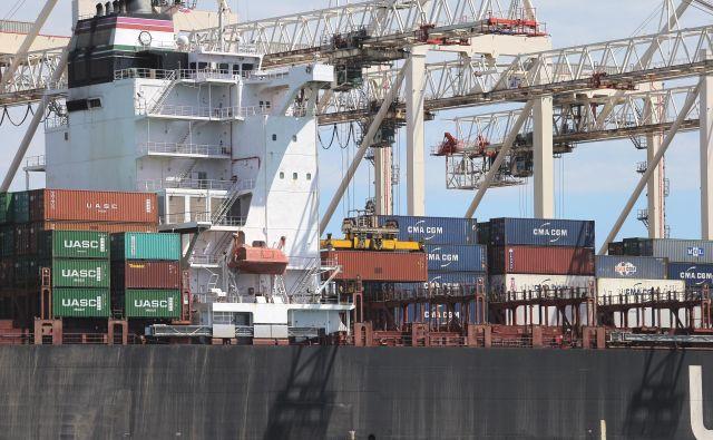 Odgovornejši odnos do okolja ni brezplačen, strožji standardi glede vsebnosti žvepla bodo podražili gorivo in tudi ladijske prevoze. FOTO: Jože Suhadolnik