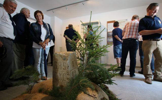V Muzeju graničarstva v bivši stražnici Čepinci je na ogled tudi mejni kamen nove meje po prvi svetovni vojni. FOTO: Jože Pojbič