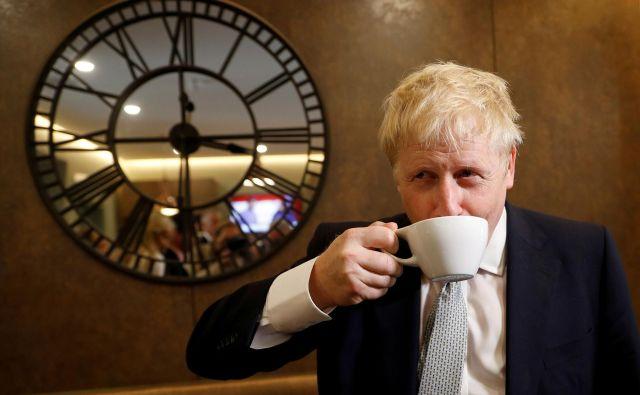 Petinpetdesetletni plavolasi konservativni politik ni hotel odgovoriti niti na eno vprašanje, povezano z njegovo partnerko oziroma njunim odnosom. FOTO: Reuters