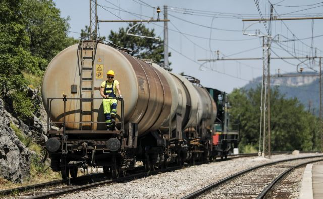 V Dolu pri Hrastovljah je vlakovno obračališče, s katerim si pomagajo pri odstranjevanju posledic torkove nezgode. Foto Uroš Hočevar