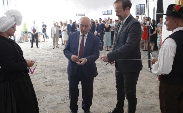 Ob odprtju rusko-slovenskega centra na Bogenšperku sta trak prerezala ruski veleposlanik Doku Zavgajev (na fotografiji levo) in šmarski župan Rajko Meserko. FOTO: Mavric Pivk/Delo