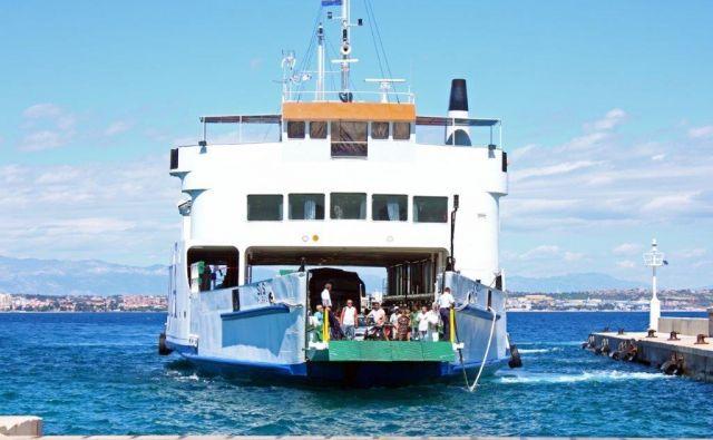 Za večino hrvaških lokalnih linij je mogoče vozovnico kupiti po spletu ali v mobilni aplikaciji, izjema je trajekt na Rab, ki ga ne upravlja Jadrolinija.<br /> Foto Shutterstock