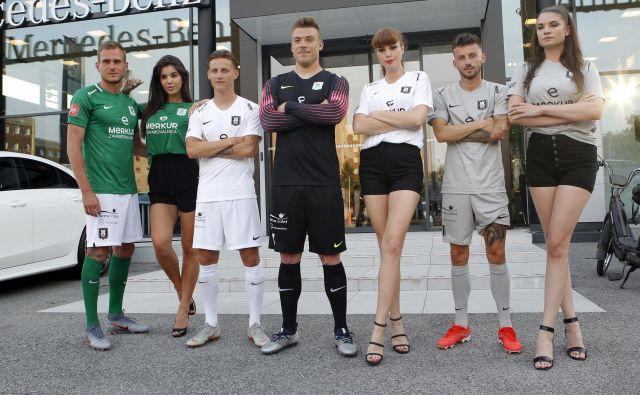 V družbi privlačnih manekenk so Marko Putinčanin (levo), Stefan Savić, Nejc Vidmar in Asmir Suljić predstavili nove drese, zelenega, belega, črnega (za vratarje) in sivega. FOTO: Mavric Pivk/Delo