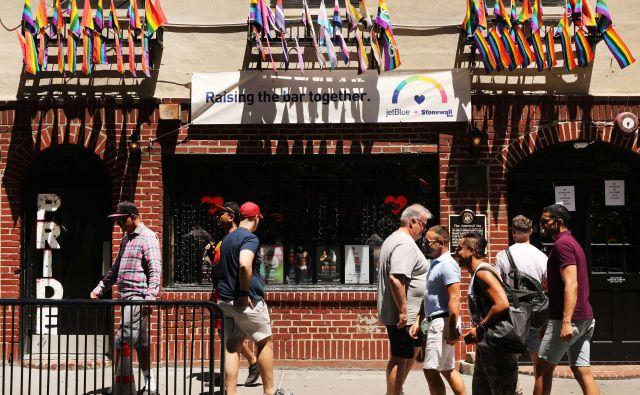Stonewall Inn še vedno stoji na ulici Christopher Street 51–53. FOTO: AFP