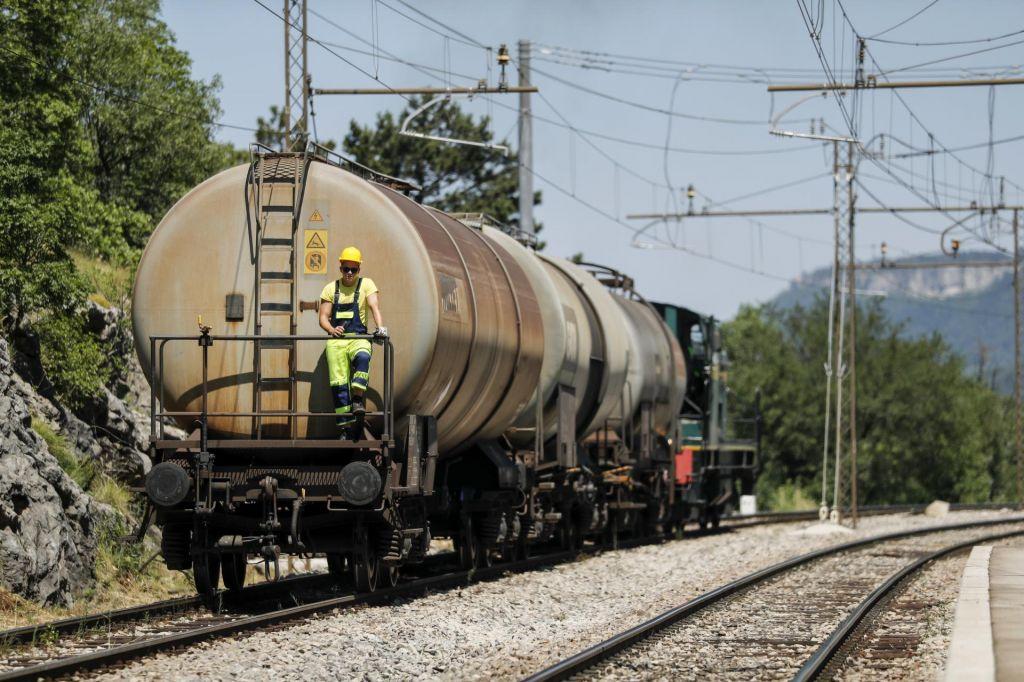 FOTO:»Kaj če bi vlak iztiril na odprtem?«