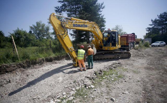 Pripravljalna dela za polaganje kanala C0 v bližini Roj so se začela ta teden. Foto Roman Šipić