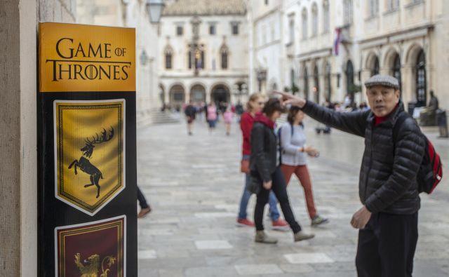Staro mestno jedro Dubrovnika je poleti nenehno polno zasedeno, iz leta v leto pa je vse bolj polno tudi zunaj sezone, tudi zaradi priljubljene Igre prestolov. Na fotografiji trgovinica s spominki iz te serije. FOTO: Voranc Vogel/Delo