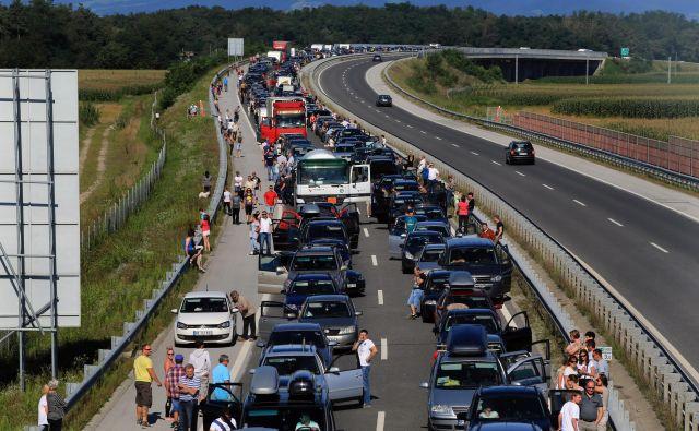 Poletje nas vedno znova »preseneti« s hudimi prometnimi zastoji, naj vas ne ujamejo nepripravljene. FOTO: Tadej Regent