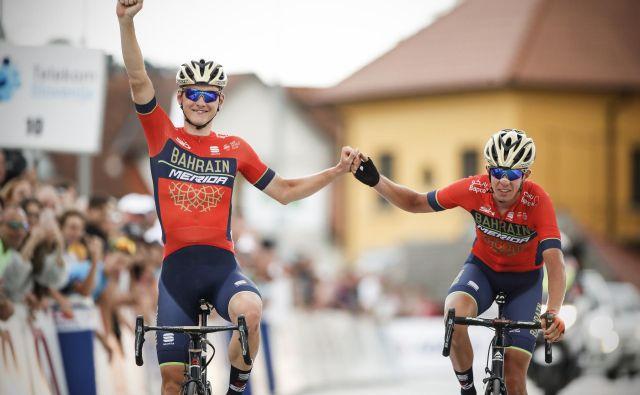 Matej Mohorič (levo) in Domen Novak sta lani na DP družno prikolesarila v cilj. FOTO: Uroš Hočevar/Delo