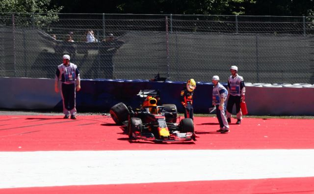 Ob Mercedesovem asu Valtteriju Bottasu je svoj dirkalnik včeraj v Spielbergu dodobra razbil tudi Red Bullov zvezdnik Max Verstappen (na fotografiji), ki sicer brani zmago na veliki nagradi Avstrije. FOTO: Reuters