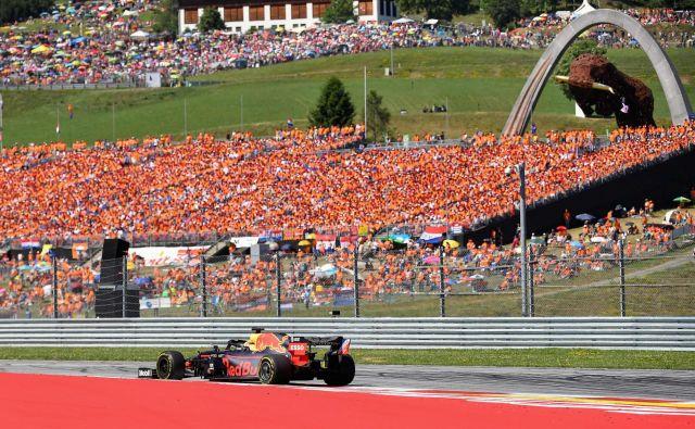 Max Verstappen je navdušil na tisoče Nizozemcev, ki so ga prišli spodbujat v Avstrijo. FOTO: AFP