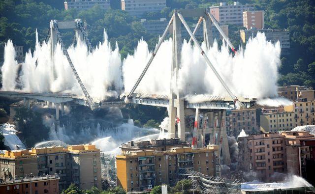 Viadukt Morandi se je porušil lani, 14. avgusta, zahteval je 43 žrtev. Foto Reuters