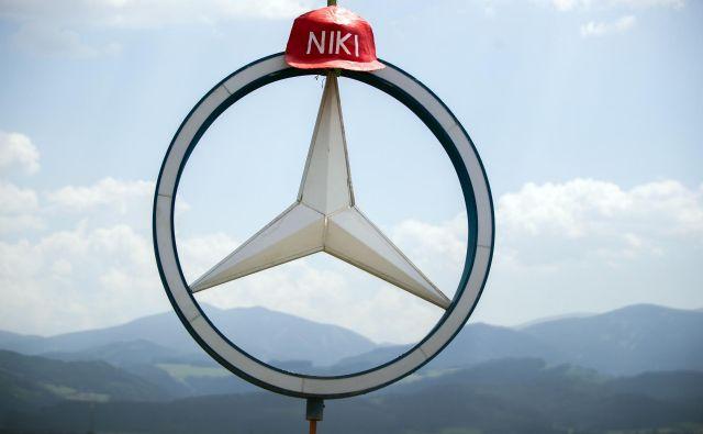 Navijači so v spomin na Nikija Laudoobesili na Mercedesov znak rdečo čepico z Nikijevim imenom. FOTO: AFP