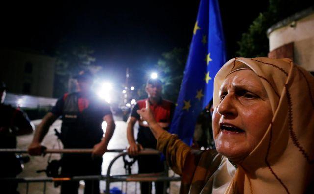 Privrženci opozicije na protivladnih protestih izražajo zaskrbljenost tudi zaradi grožnje o ponovni uvedbi vizumov. FOTO: Florion Goga/Reuters