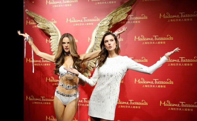Igralka in manekenka Alessandra Ambrosio ob predstavitvi svoje voščene lutke v Madame Tussauds v Šanghaju. Foto Reuters