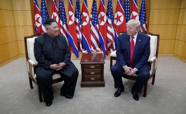 In tako kot je Trump v odnosu s Severno Korejo izničil mejno črto, je v odnosu s Kitajsko potegnil rdečo črto prek svobodnega trga. Foto: Kevin Lamarque/Reuters