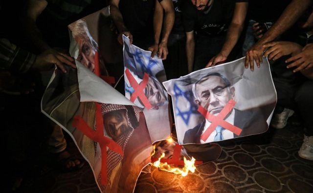 Palestinci v južni Gazi so v znak nestrinjanja s »priložnostjo stoletja«, kot je načrt poimenoval Jared Kushner, zažgali plakate s podobami ameriškega predsednika Trumpa, izraelskega premiera Netanjahuja in kralja Bahrajna Hamada al-Kalife. Foto: Said Khatib AFP