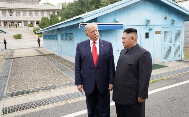 Trump je z zgodovinskim srečanjem s Kimom »ukradel šov« celotnemu forumu G20, pa tudi kitajskemu predsedniku Xi Jinpingu in južnokorejskemu predsedniku Mun Dže Inu. Foto: Reuters