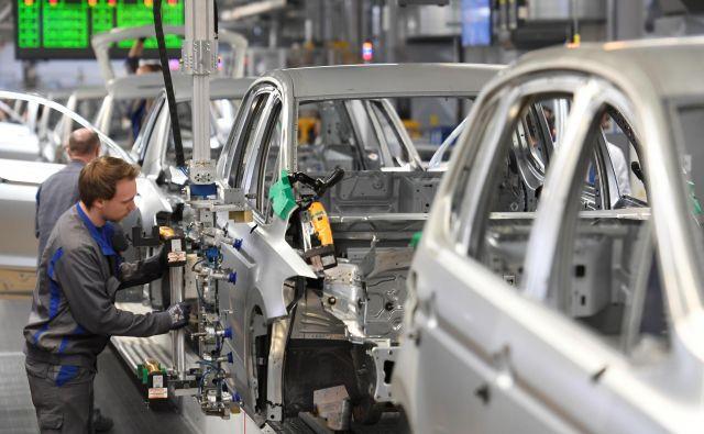 V ECB ugotavljajo, da so podjetja v panogah, ki so jih prizadele carine, skrčila investicije. Foto: Reuters