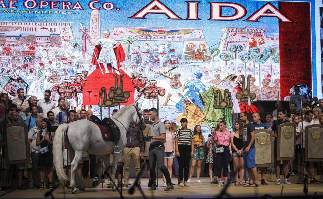 Otvoritveno opero ljubljanskega festivala, opero Aida,bo izvedla več kot štiristoglava ekipa. Na fotografiji prizor s sobotne vaje. Foto Jože Suhadolnik