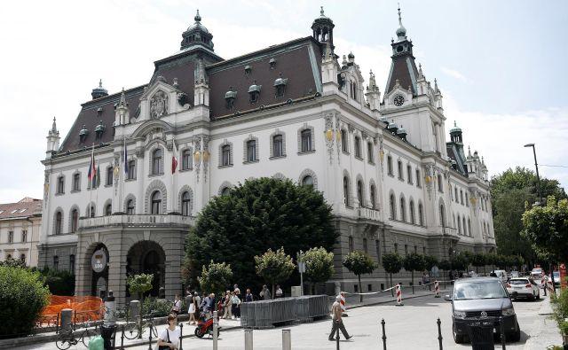 Dosedanji logotip prve slovenske univerze je s stilizirano upodobitvijo nekdanjega deželnega dvorca, zdaj sedeža rektorata, učinkoval kot modernizacija nekega starega, morda celo srednjeveškega emblema. Foto Blaž� Samec