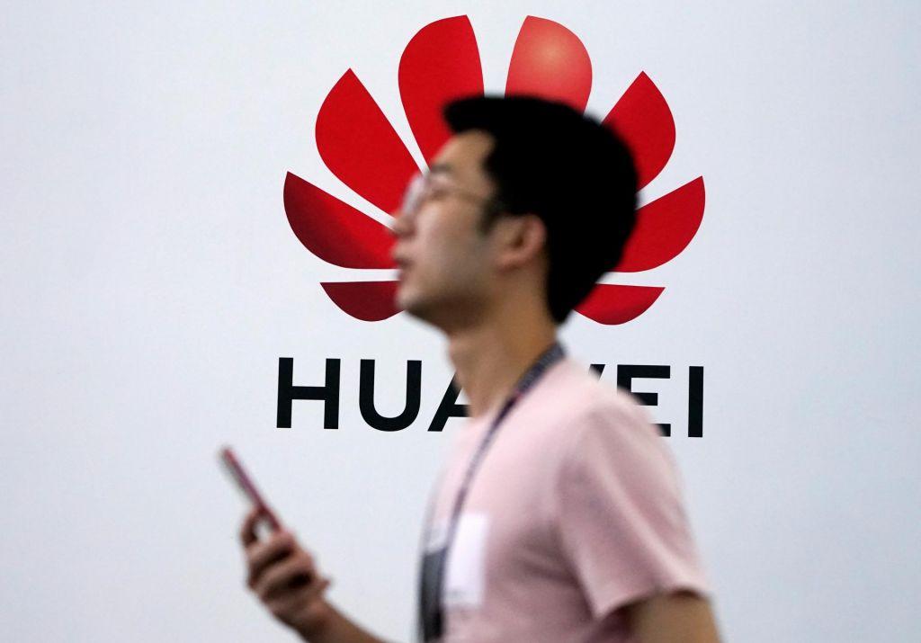 Trump: Ameriška podjetja lahko še naprej poslujejo s Huaweijem