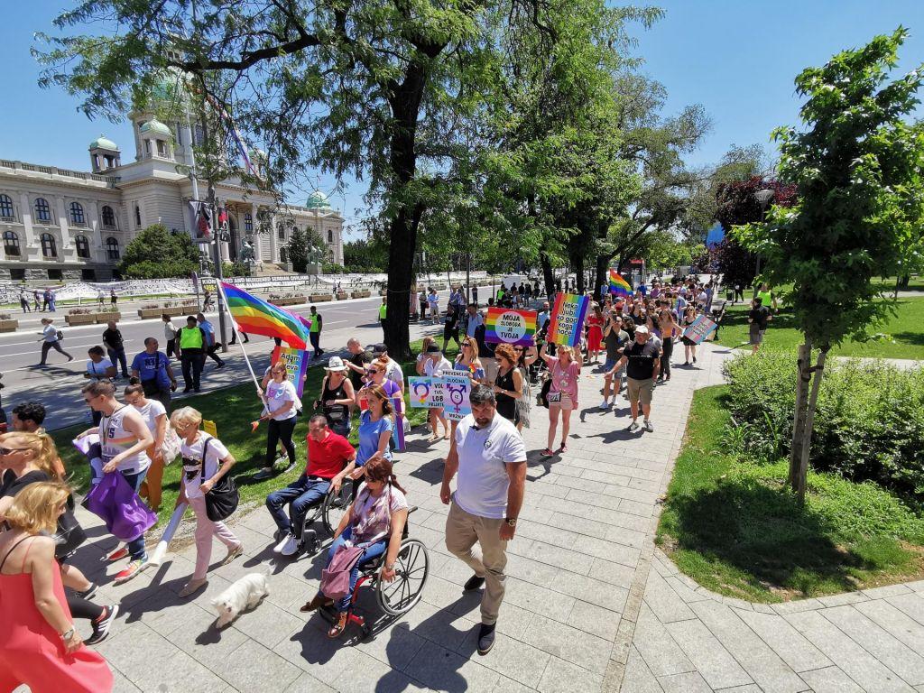 FOTO:Paradi ponosa v Beogradu in v Skopju ob močnem varstvu policije brez nasilja