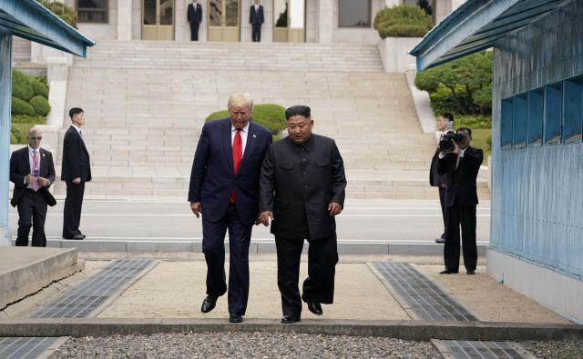 Donald Trump in Kim Džong Un sta skupaj stopila čez mejo. FOTO: Reuters