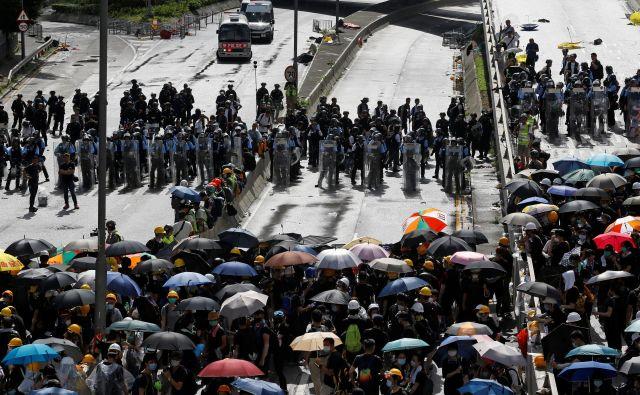 Protestniki ostajajo na ulicah. FOTO: Reuters
