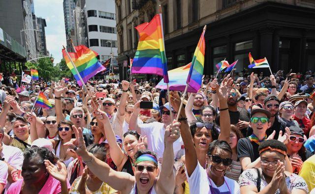 Udeleženci newyorške parade ponosa. FOTO: Angela Weiss/Afp