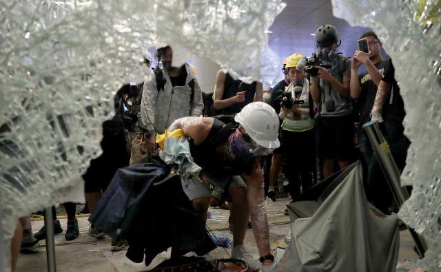Oblasti so sporočile, da so morali do večera v bolnišnico odpeljati 43 udeležencev protestov in policistov. FOTO: Reuters