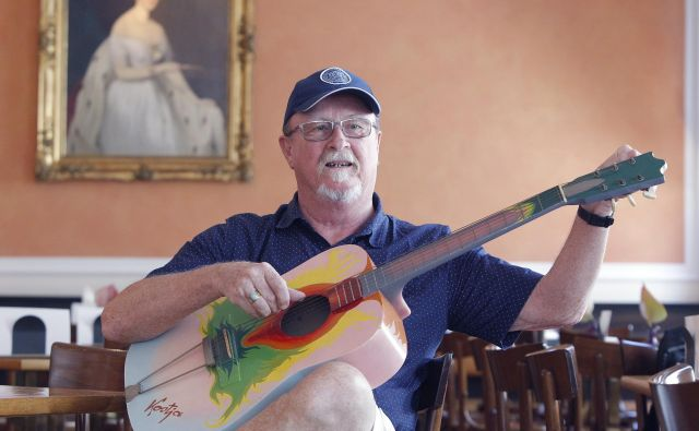 Tomaž Domicelj z unikatno poslikano kitaro, delom Kostje Gatnika. Foto: Mavric Pivk