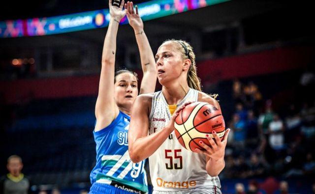 Nika Barič (levo) je igrala dobro, a puščala preveč prostora Julie Allemand (desno).FOTO: FIBA