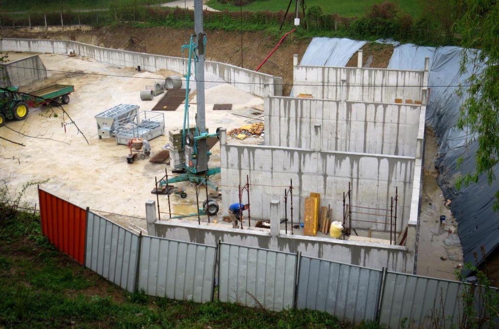 FOTO:Črno gradnjo v Gabrovki preiskujejo kriminalisti