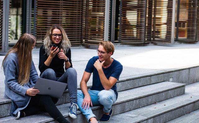 Študentje so zaradi digitalne globalne povezanosti danes manj fizično premični, kot so bili v preteklosti. Foto Pexels