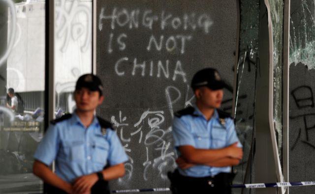 Protestniki so na fasadi parlamenta zapustili tudi grafit Hongkong ni Kitajska. FOTO: Jorge Silva/Reuters