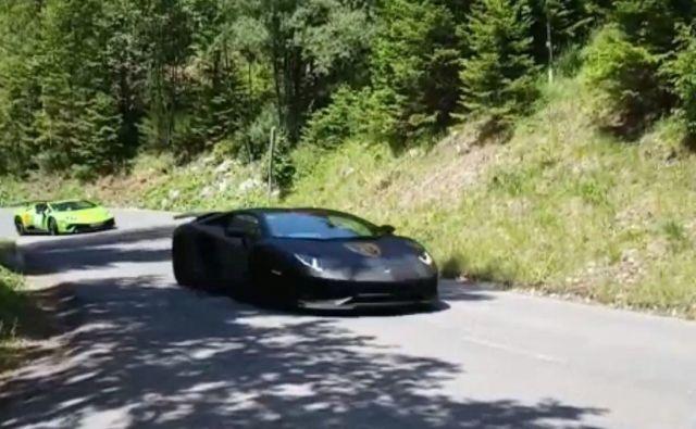 Fotografija avtomobilov, ki so vozili skozi Trento. FOTO: Bralec