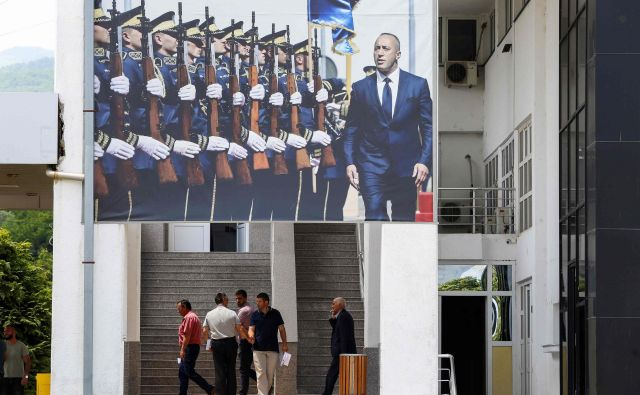 Ramush Haradinaj obtožuje Srbijo, da skuša z umikom osnovnih živil in zdravildestabilizirati Kosovo. FOTO: Stringer/AFP