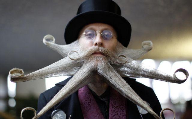 A sodobna brada je izumetničena kot pustna maska in ne del telesa. FOTO: Reuters