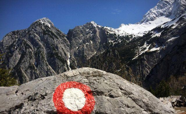 Prva z značilno piko označena pot je bila – kot izhaja iz Planinskega vestnika – leta 1879 speljana iz Bohinja čez Komarčo na Triglav. FOTO: Jure Eržen