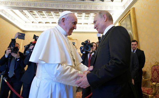 Tudi na tretjem srečanju papeža Frančiška in ruskega predsednika Putina je bila Ukrajina ena od tem na dnevnem redu. FOTO: Reuters