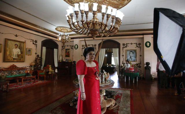 Imelda Marcos na 85. rojstni dan (2015), v predsedniški palači, kjer še vedno visi portret njenega moža. FOTO: Reuters