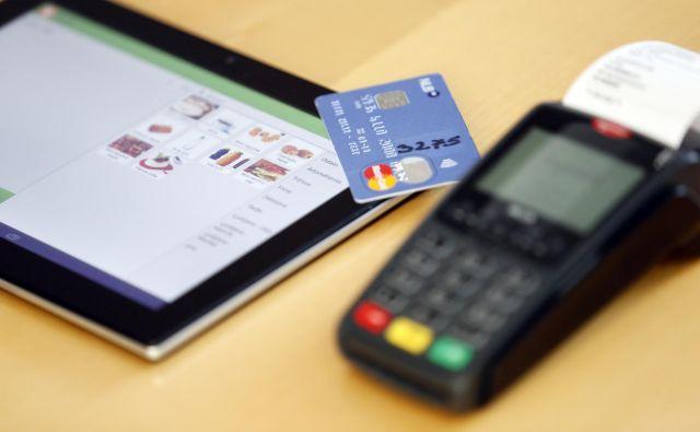 Danes za plačevanje v tujini večinoma zadošča, če imamo kakšno mobilno napravo in plačilno kartico ali dve. FOTO: Uroš Hočevar