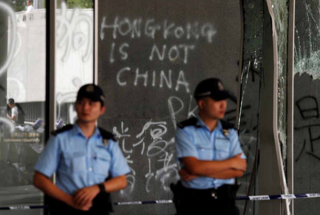 FOTO:Vodja območne vlade v Hongkongu Carrie Lam obsodila včerajšnje izgrede (VIDEO)