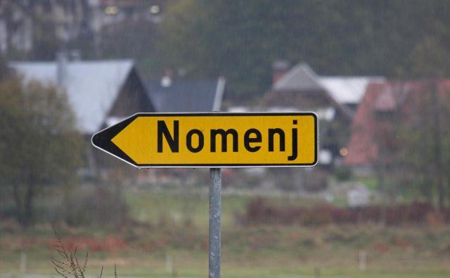V prometni nesreči pri Nomenju sta bili udeleženi dve vozili. FOTO: B. F.
