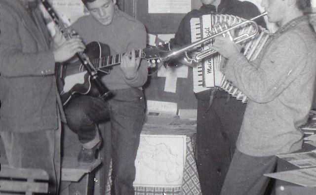 Glasbena zasedba piranske pomorske šole iz leta 1958: na kitari Lado Leskovar, ki je tudi pel.