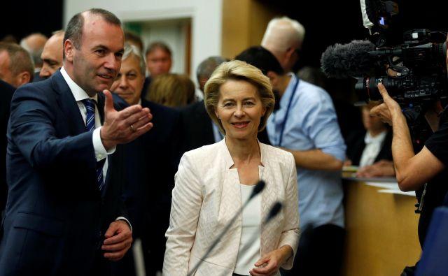 Nemško obrambno ministrico je danes na zasedanju politične skupine Evropske ljudske stranke v evropskem parlamentu sprejel nekdanji vodilni kandidat Manfred Weber. FOTO: REUTERS